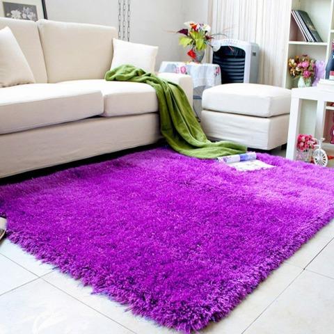 Фиолетовый ковер с длинным ворсом в интерьере фото