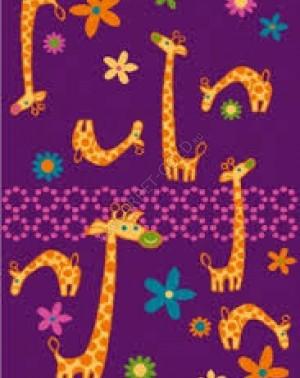 Giraffe a violet